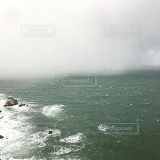 海に降る雪の写真・画像素材[1732164]