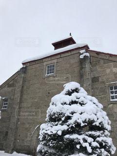 家はれんが造りの建物の前で雪に覆われました。の写真・画像素材[1732207]