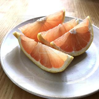 木製のテーブルの上に座ってオレンジを 2 個の写真・画像素材[1763977]