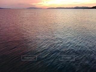 水の体に沈む夕日の写真・画像素材[3421931]