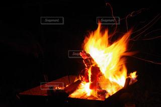 暗い部屋に座って暖炉の写真・画像素材[1818138]
