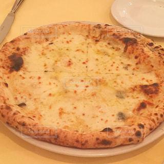 白い板の上に座ってピザの写真・画像素材[1758213]