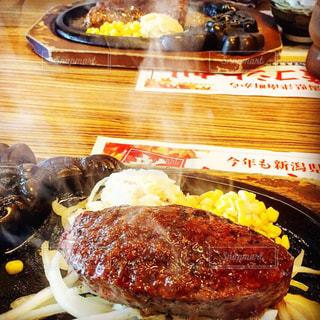 近くのテーブルの上に食べ物をの写真・画像素材[1758941]