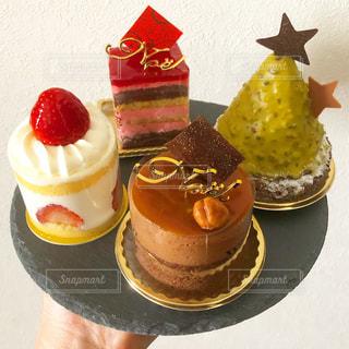 テーブルの上にフルーツとケーキの写真・画像素材[1764368]