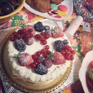 テーブルの上にフルーツとケーキの写真・画像素材[1766922]
