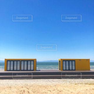 海岸沿いのコンテナハウスの写真・画像素材[3285046]