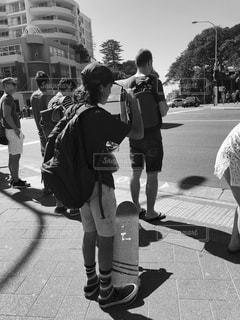 ファッション,夏,道路,白黒,男,人物,人,旅行,写真,iphone,歩道,スケボー,オーストラリア,シドニー,フォトジェニック,色・表現