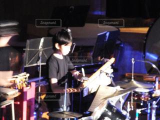 ハロウィンの格好で演奏会の写真・画像素材[833965]