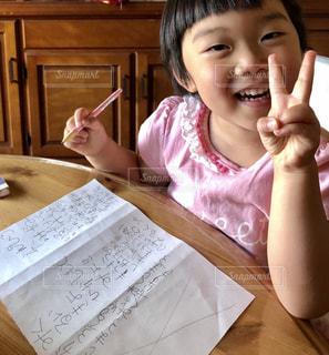 子ども,屋内,室内,幼児,勉強,3歳,鉛筆,紙,自宅,自習,学習,自宅学習