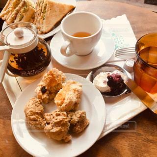 カフェ,茶色,クリーム,スコーン,ティーカップ,可愛い,サンドイッチ,紅茶,ベージュ,ミルクティー,朝活,おしゃれ,ポット,クラブハウスサンド,ミルクティー色,薄茶色