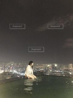 ナイトプールを楽しむ女の写真・画像素材[2421173]