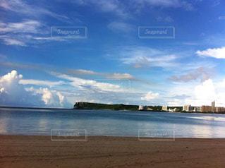 水域の隣の砂浜の写真・画像素材[2426040]
