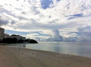 水域の隣の砂浜の写真・画像素材[2426046]