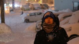 都市通りの雪のボードを乗る人の写真・画像素材[1746537]