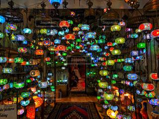 カラフルなライトでいっぱいの店の写真・画像素材[2381303]