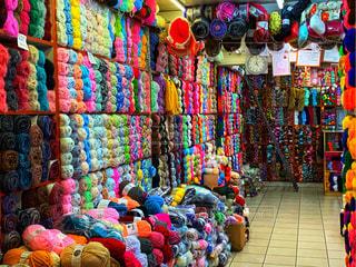 毛糸選びに1日掛かる店の写真・画像素材[2381312]