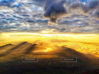 日の出と雲の写真・画像素材[2413178]