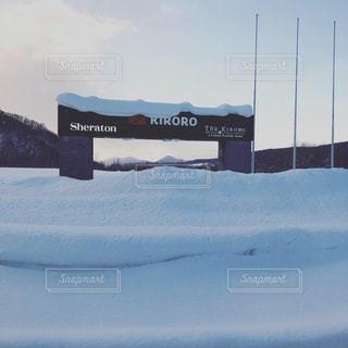 雪の覆われたフィールドの表示の写真・画像素材[1735099]