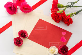 テーブルの上の花瓶の中の赤い花の写真・画像素材[3154467]