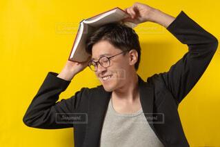 カメラを見ている男の写真・画像素材[3710915]