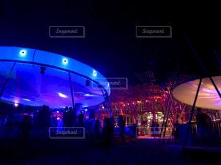 夜のライトアップされたビーチパーティの写真・画像素材[1739028]
