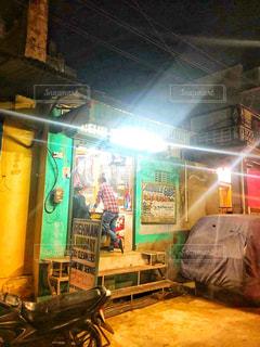 夜の店の前の写真・画像素材[1739931]