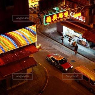 夜のライトアップされた街の写真・画像素材[1740412]