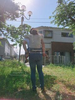 家の前に立っている人の写真・画像素材[2138556]