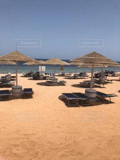 砂浜の上に座っている芝生の椅子のグループの写真・画像素材[2210886]