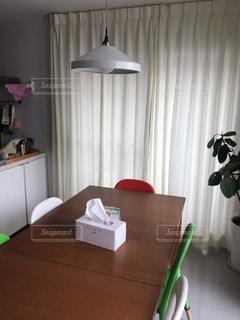 テーブルの上に家具と花瓶で満たされた部屋の写真・画像素材[2307184]