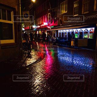 夜にライトアップされた街の写真・画像素材[2374279]