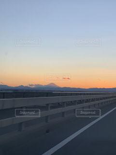 背景の夕日と道路の写真・画像素材[1737641]