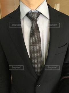 スーツとネクタイを身に着けている男性の写真・画像素材[1860120]