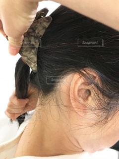 髪をまとめるの写真・画像素材[2018457]
