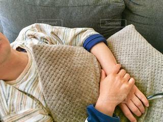 ソファーで休むの写真・画像素材[2109721]