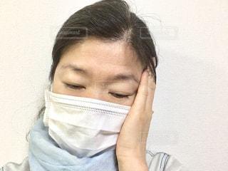 風邪をひいた女性の写真・画像素材[2167676]
