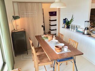 木製キャビネット付きのキッチン、ダイニングルームテーブルの写真・画像素材[2416998]