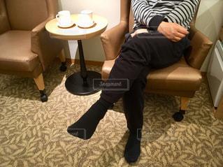 椅子に座っている人の写真・画像素材[2840875]