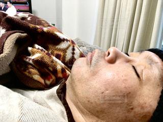 ベッドで寝ている人の写真・画像素材[3004343]
