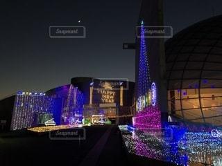 夜のライトアップされた街の写真・画像素材[1744992]