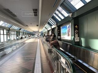 駅に立っている人のグループの写真・画像素材[1745111]