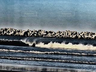 荒浜の波の写真・画像素材[2091627]