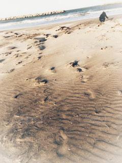 砂浜に文字を書く娘の写真・画像素材[2091700]