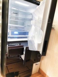 ドアが開いている冷蔵庫の写真・画像素材[2708290]
