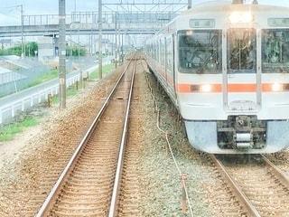 鉄の線路上の列車の写真・画像素材[3593869]