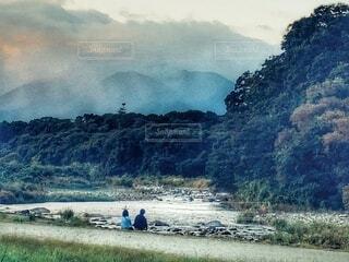 川を眺めるカップルの写真・画像素材[3842441]