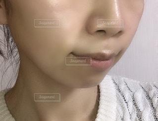 黒い髪と白いシャツを着ている女性の写真・画像素材[1744305]