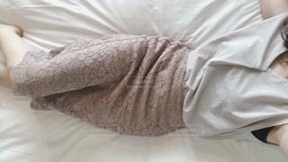 ベッドに横たわっている人の写真・画像素材[3453170]
