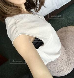 ベッドに座っている女性の写真・画像素材[3453171]