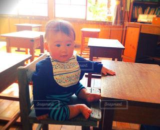 テーブルに座って男の子の写真・画像素材[1780399]